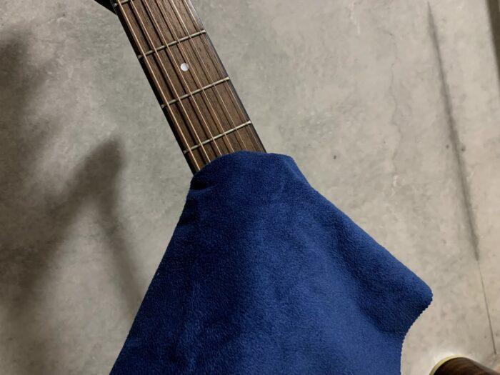 ギター弦を磨く画像
