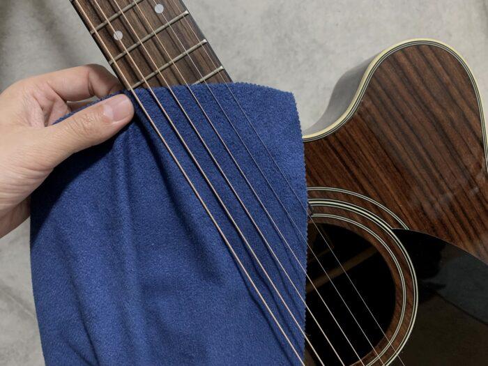 ギタークロスを弦の下に入れる画像