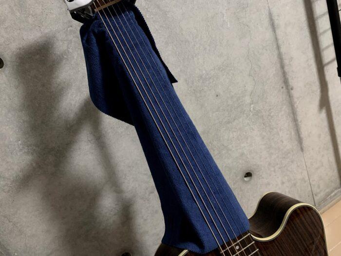 ギターにフィンガーイーズを掛ける画像