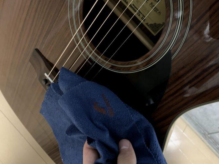 ギターのピックガードを磨く画像