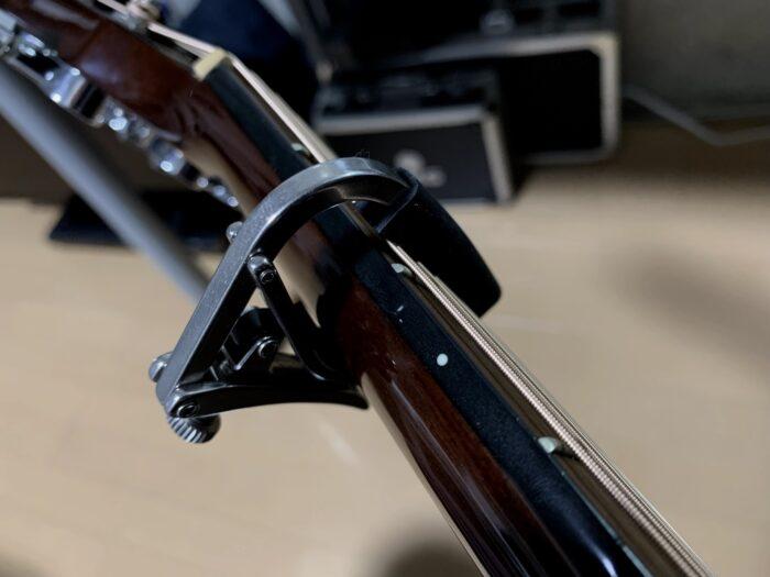 SHUBBをギターに挟んだ画像