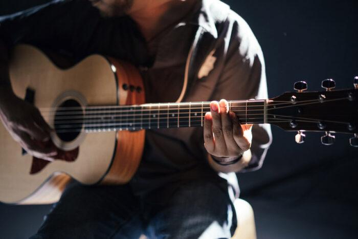ギターを弾く人の画像